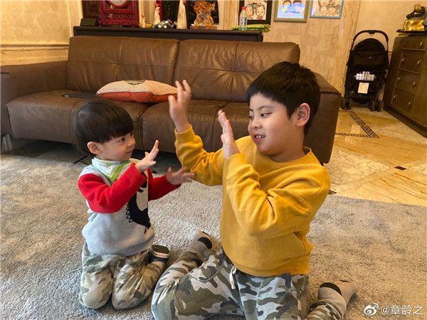 陈龙和章龄之的两个儿子.jpg