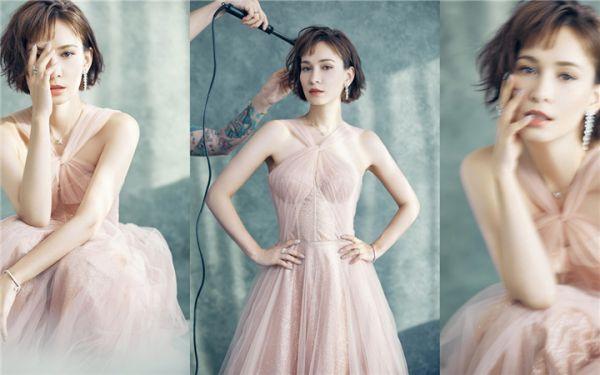 卢靖姗亮相时尚盛典 雾粉纱裙尽显优雅魅力