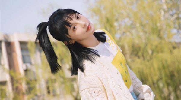 彭小苒化身夏日精灵 校园风写真洋溢青春活力