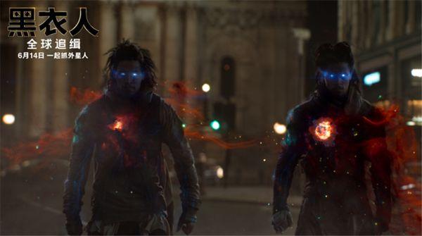 """《黑衣人:全球追缉》惊爆新片段 """"风流锤哥""""竟被外星美女降伏"""