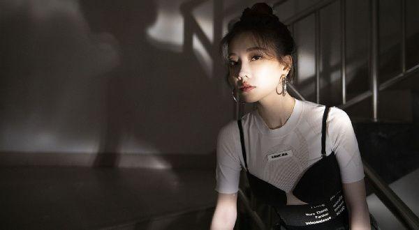 冯提莫黑白键钢琴裙助阵嘉年华 《Minimanimo》荣获年度最佳电子音乐单曲