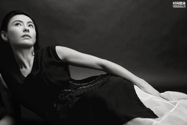 张柏芝登《时尚健康》封面 湿发风衣演绎本我风格