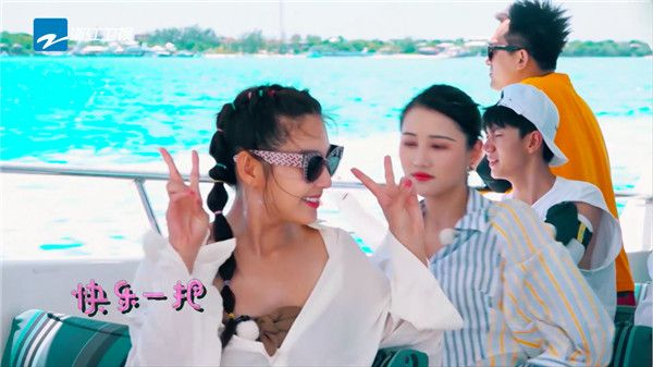 张雨绮与团友在旅途中.jpg