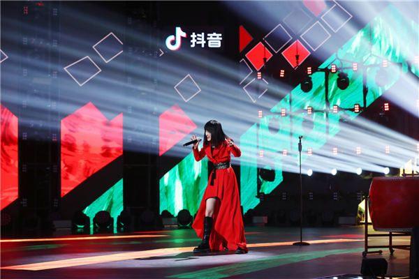 SING女团钟颖亮相《上线吧!华彩少年》 演绎传统民歌《高山青》