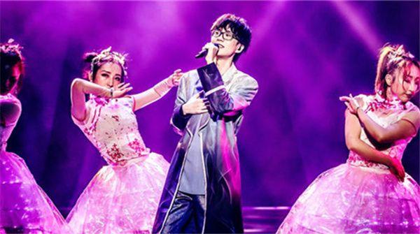 """许嵩""""寻宝游戏""""演唱会在京火热唱响 万人现场探寻音乐宝藏"""