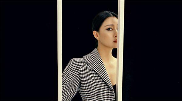 殷桃浓烈烟熏妆登杂志封面 黑白影像塑造高级质感