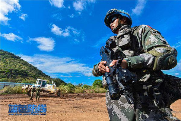 9、正在执行武装护卫任务的中国维和步兵营官兵.jpg