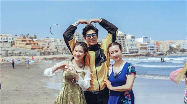 袁成杰一家海滩甜蜜比心 陈芊芊与婆婆亲密似姐妹