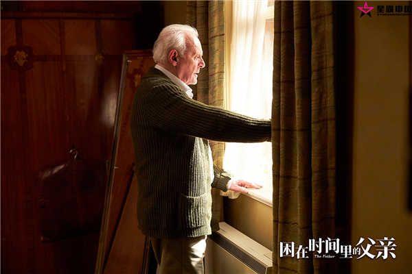 父亲安东尼隔窗眺望.jpg