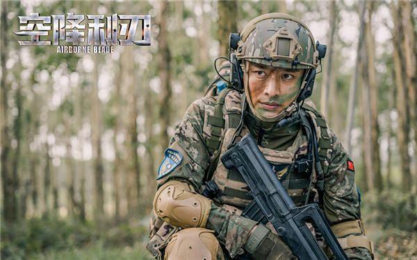 1、贾乃亮帅气空降兵造型.jpg