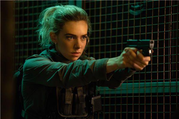 海蒂帅气举枪.jpg
