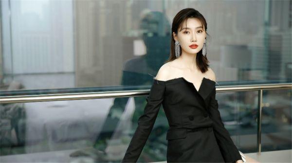 李斯羽一字肩西装裙优雅亮相  简约黑白风演绎夏日风尚