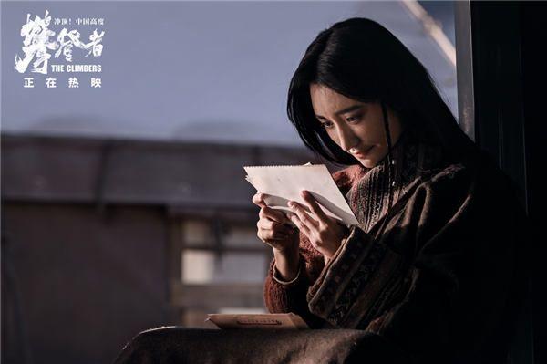 黑牡丹手捧李国梁送她的照片.jpg