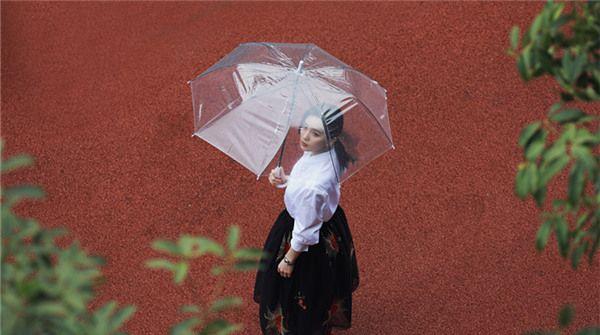 刘诗诗出席《亲爱的自己》发布会 分享角色体验寄语奋斗青年