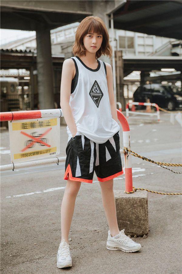 李凯馨街头运动写真--时尚卷发造型元气满格.jpg