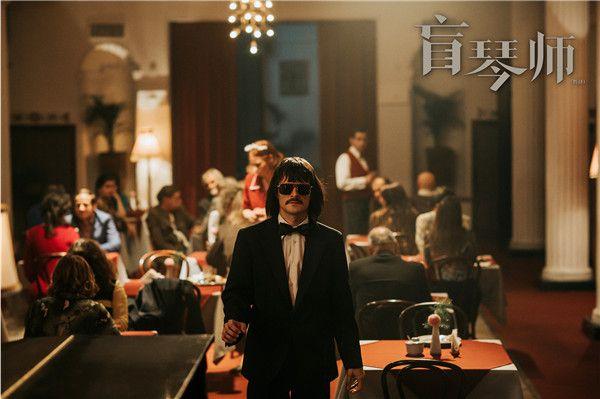 米耶特在酒吧中走向钢琴.jpg