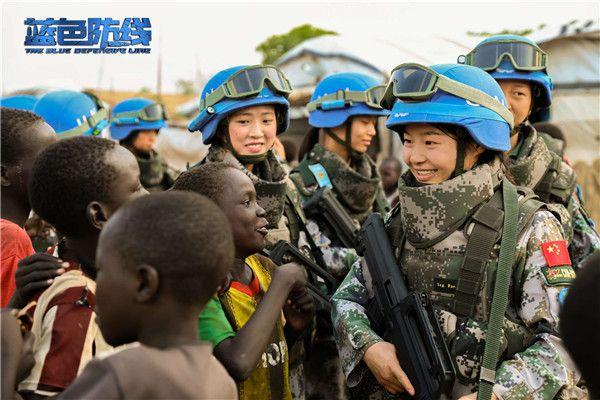 5、巡逻途中,中国维和步兵营女兵与南苏丹小朋友亲切交流.jpg