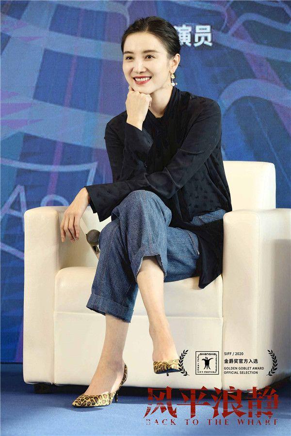 电影《风平浪静》宋佳和导演建立默契的交流.jpg