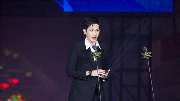 白宇荣获年度突破电影演员角色表现力备受认可