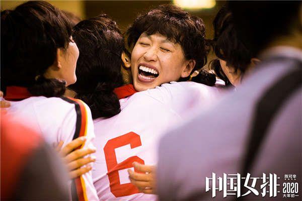 球员郎平与队友赛场兴奋相拥,艰苦训练终换世界冠军果实.jpg