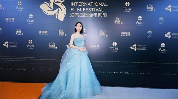 马苏出席第二届海南岛国际电影节  蓝色长裙尽显清新优雅气质