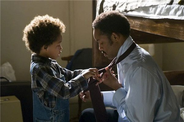 贾登·史密斯为父亲打领带.jpg