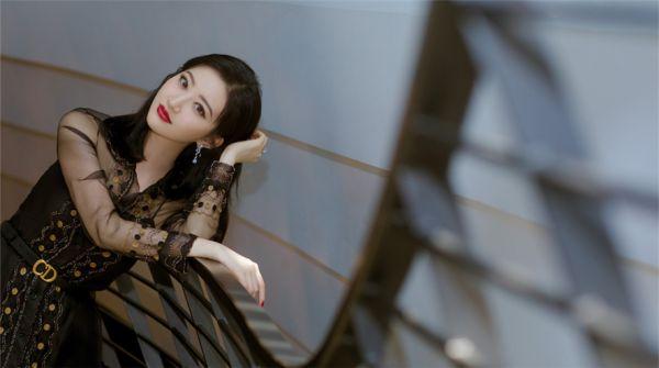 景甜成都亮相品牌活动 薄纱长裙优雅大方